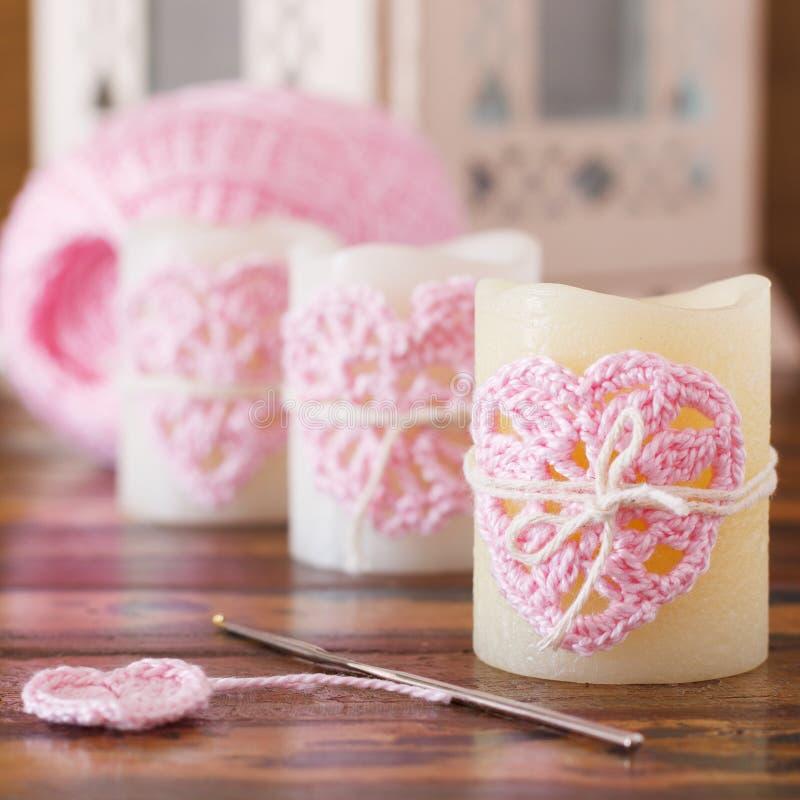 Coeur fait main de rose de crochet sur la bougie pour la Saint-Valentin de saint images libres de droits