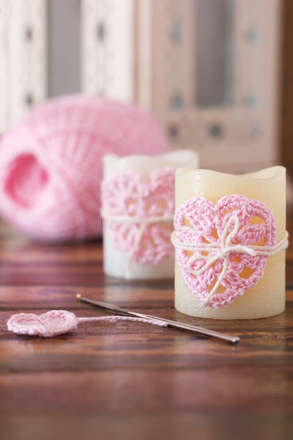 Coeur fait main de rose de crochet sur la bougie pour la Saint-Valentin de saint photos libres de droits