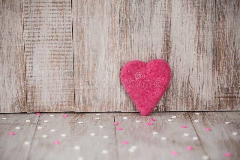 Coeur fait main rose de jour de valentines avec la sucrerie images libres de droits