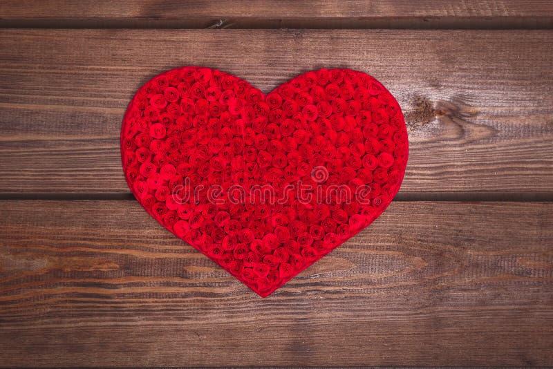 Coeur fait main sur le fond en bois image libre de droits