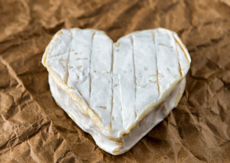 Coeur formé par fromage de Neufchatel de Français sur le papier image stock