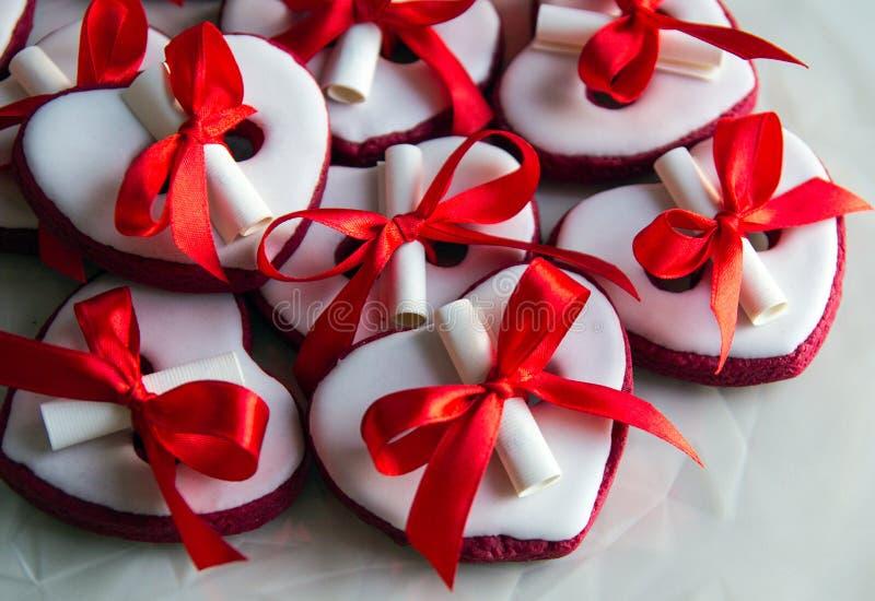 Coeur mou sur le fond blanc pendant des vacances telles que le jour du ` s de mère, le jour du ` s de père et le jour de valentin images libres de droits