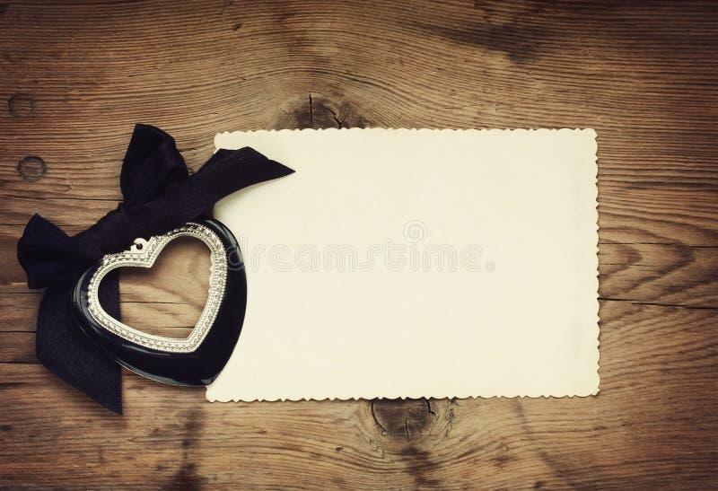Coeur noir de Saint-Valentin avec un arc photo stock