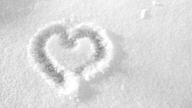 Coeur peint sur la neige blanche et froide photographie stock