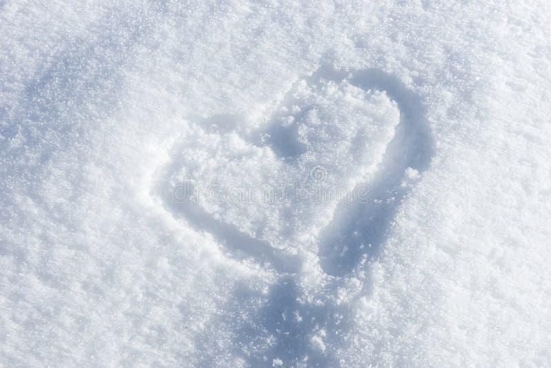 Coeur peint sur la neige blanche fraîche images libres de droits