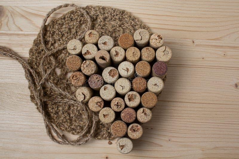 Coeur présenté des lièges de bouteille photographie stock