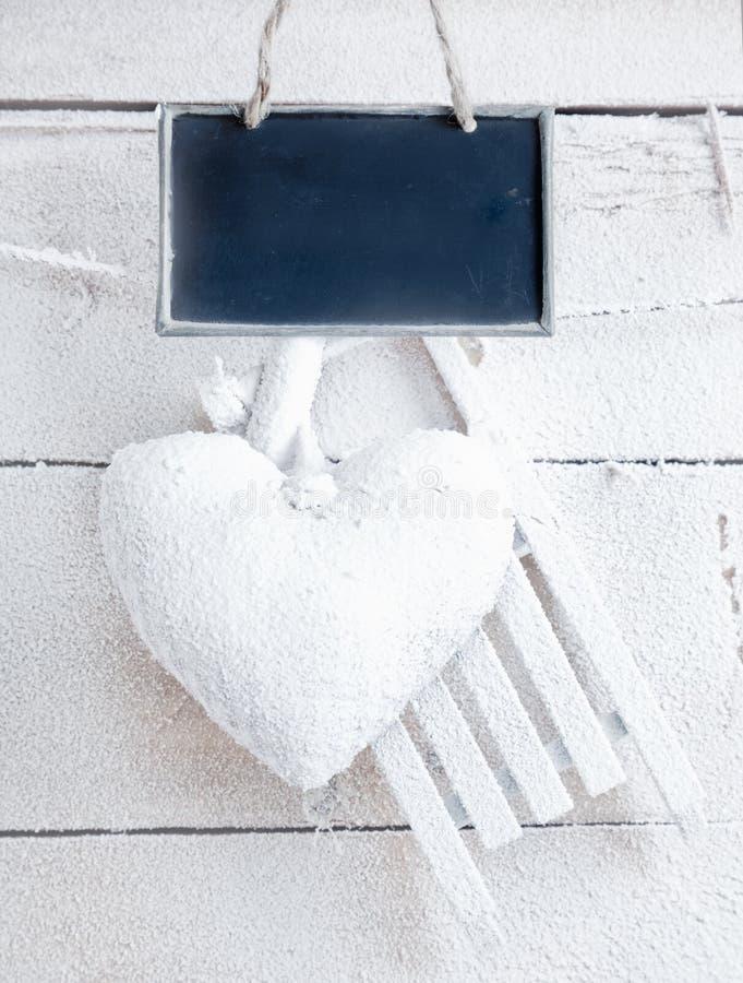 Coeur romantique sur les panneaux blancs photographie stock