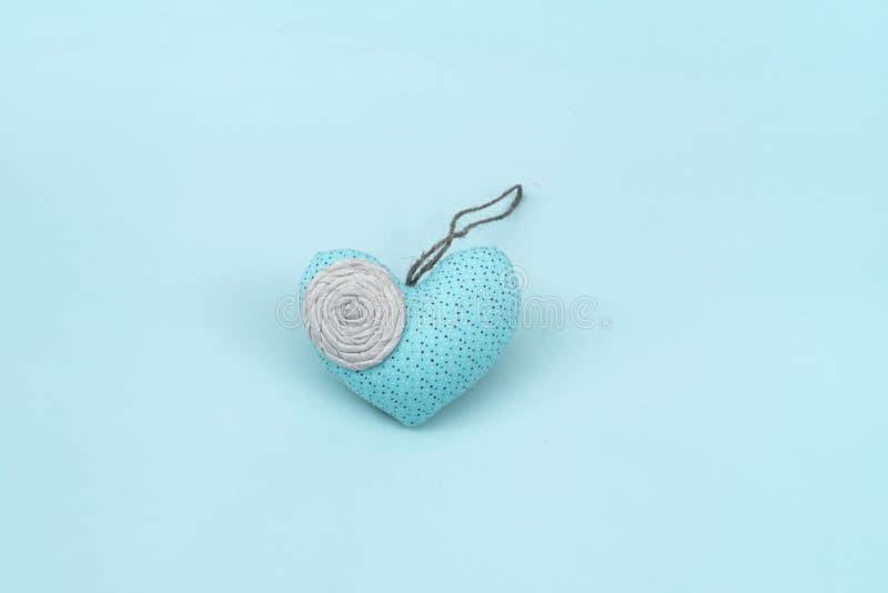 Coeur romantique sur un fond bleu image stock