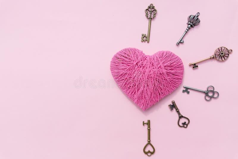 Coeur rose avec la clé d'amour Fond de rose de jour du ` s de Valentine Vue supérieure Carte de voeux Copiez l'espace vieilles cl images libres de droits