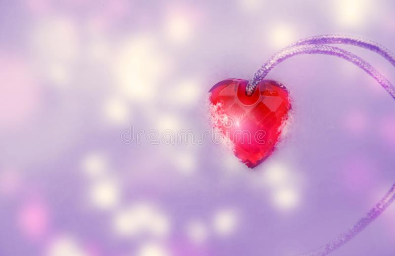 Coeur rose avec le ruban argenté sur le fond pourpre de lumières de scintillement image image libre de droits