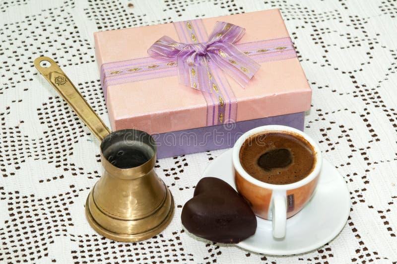 COEUR ROSE DE CHOCOLAT DE CAFÉ DE BOÎTE-CADEAU photographie stock libre de droits