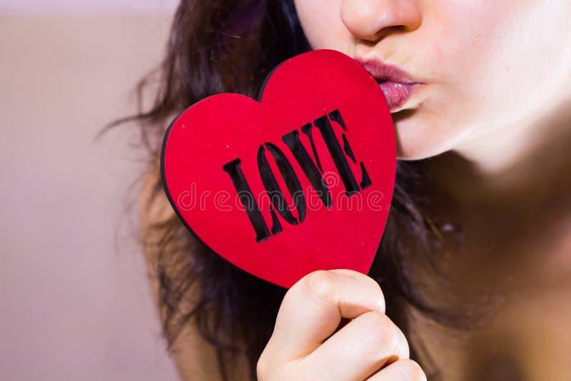 Coeur rouge acéré de belle fille image libre de droits