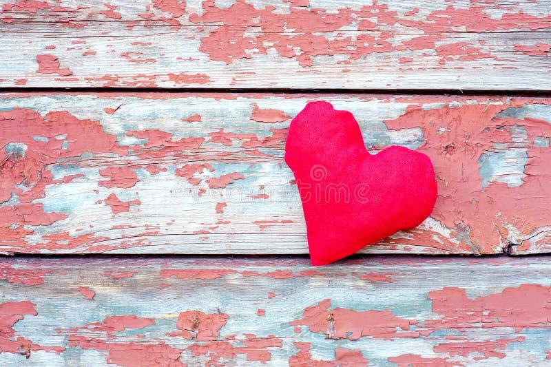 Coeur rouge aux planches criquées photographie stock