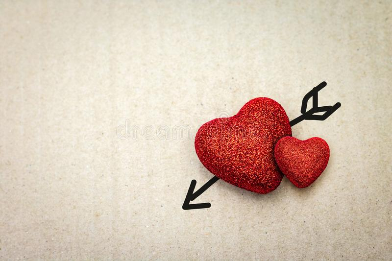 Coeur rouge avec la flèche de cupidon sur le fond de carton Papier peint de Valentine image stock