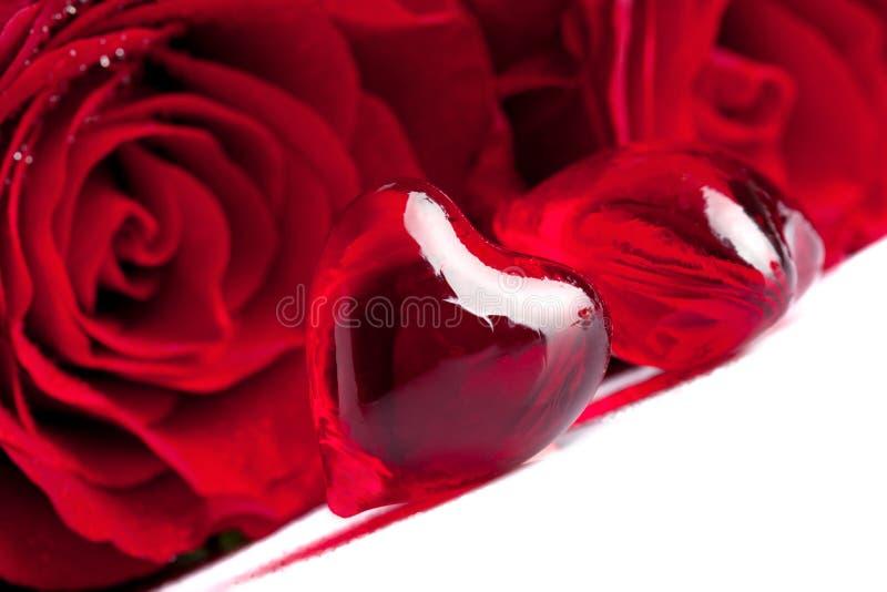 Coeur rouge avec la fleur de Rose, foyer sur le premier plan photographie stock libre de droits