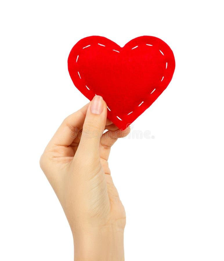 Coeur rouge chez la main de la femme d'isolement sur le blanc Jour du `s de Valentine image stock