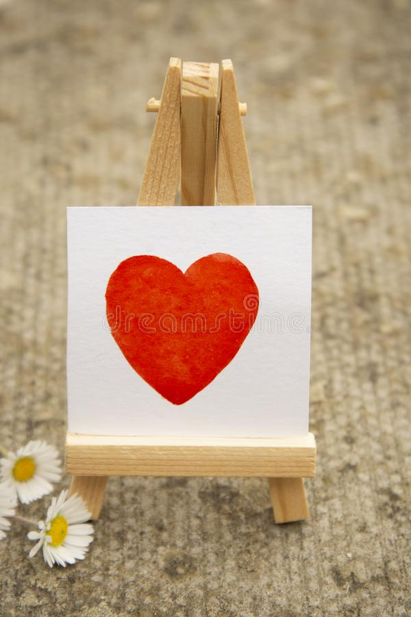Coeur rouge, coeur d'aquarelle d'aspiration de main sur l'autocollant blanc Concept d'amour photo libre de droits