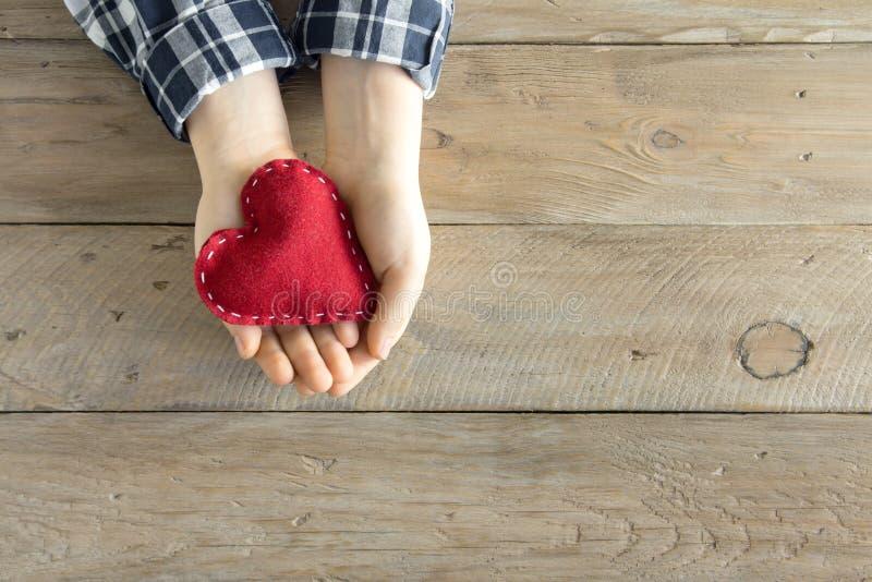 Coeur rouge dans des mains photos libres de droits