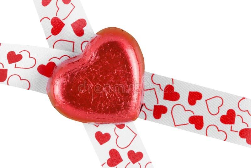 Coeur rouge de bonbons au chocolat d'isolement sur le fond blanc photographie stock libre de droits