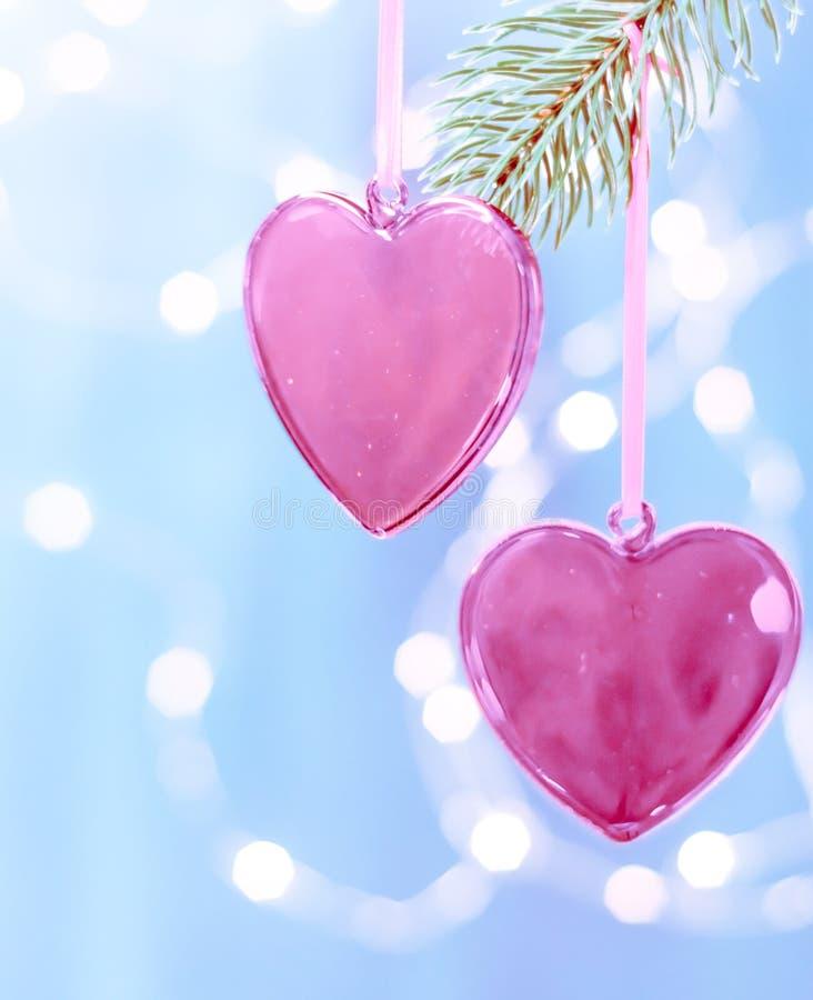 Coeur rouge de boule de Noël accrochant sur l'arbre de Noël photo stock