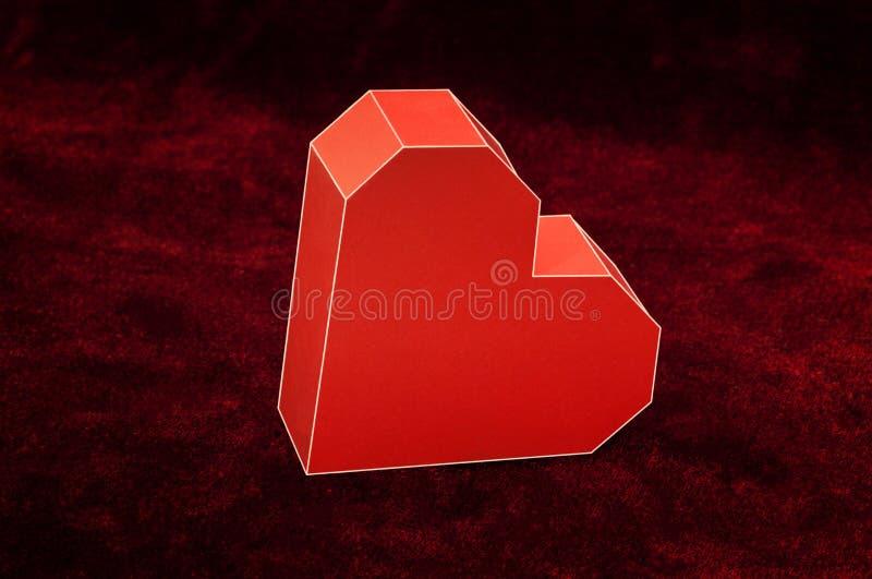 Coeur rouge de carton sur le velours Fond de jour de valentines images libres de droits