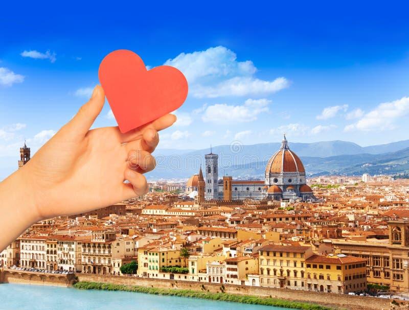 Coeur rouge de prise de main au-dessus de Florence et de St Mary photos stock