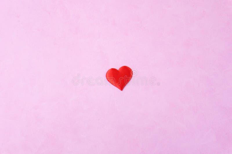 Coeur rouge de Saint-Valentin sur le fond rose images libres de droits