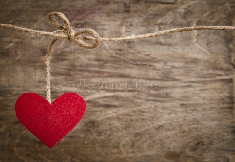 Coeur rouge de tissu accrochant sur la corde à linge photos libres de droits