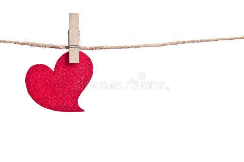 Coeur rouge de tissu accrochant sur la corde à linge photographie stock