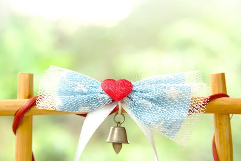 Coeur rouge de tissu avec l'arc et la cloche images stock