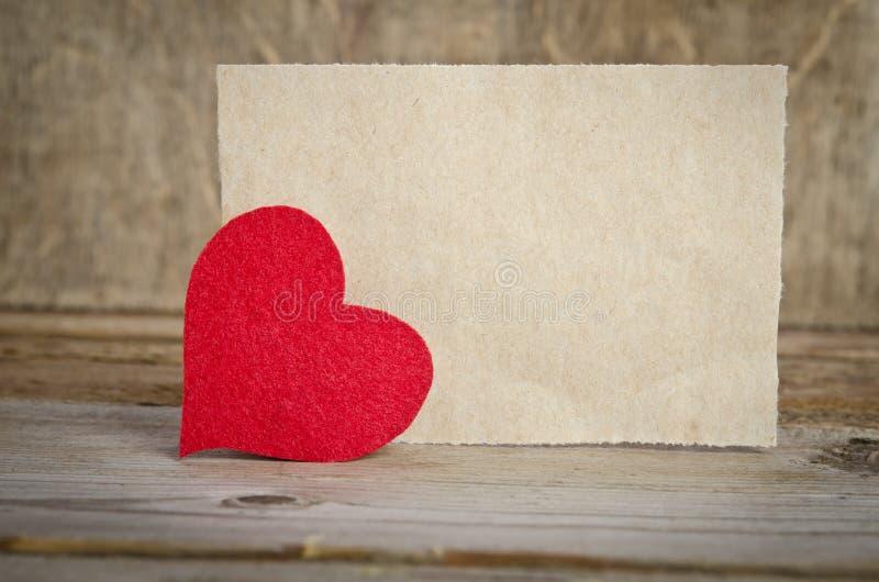 Coeur rouge de tissu avec la feuille de papier images libres de droits