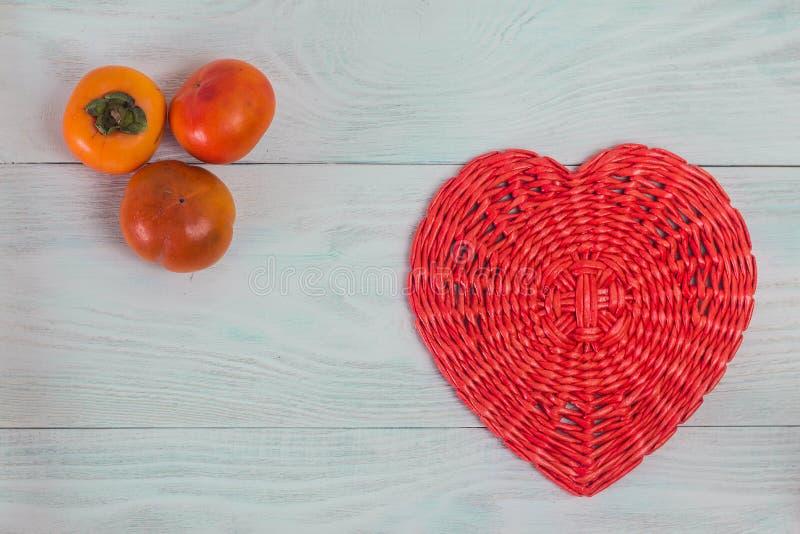 Coeur rouge de tube de papier en osier sur le concept en bois blanc de conseils, d'amour et de mariage, Valentine' ; jour de  images stock