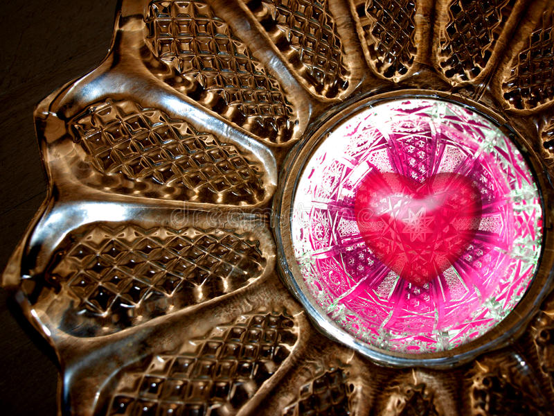 Coeur rouge de valentines dans le cristal d'or image stock