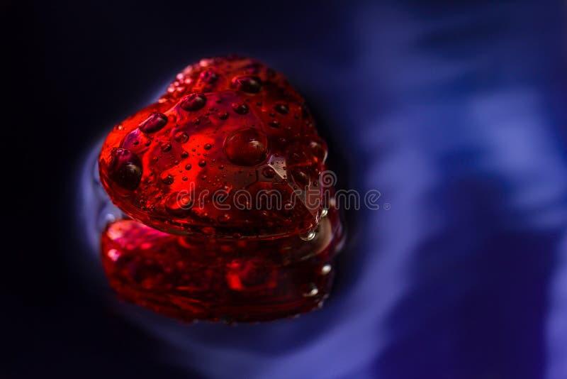 Coeur rouge en cristal sur le bleu images libres de droits