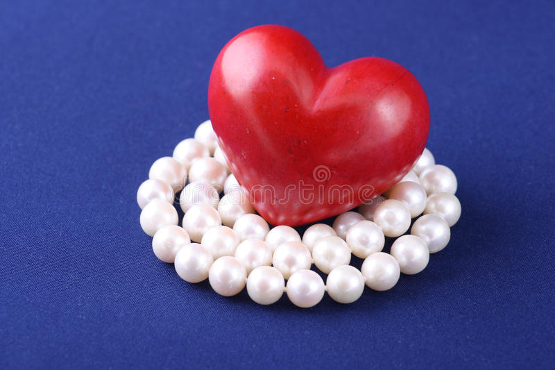 Coeur rouge et perles blanches images libres de droits