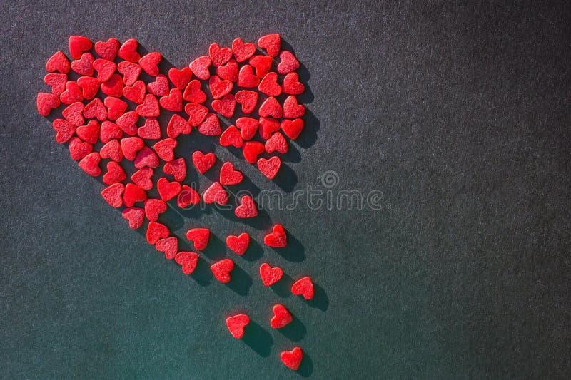 Coeur rouge fait à partir de petits morceaux images stock