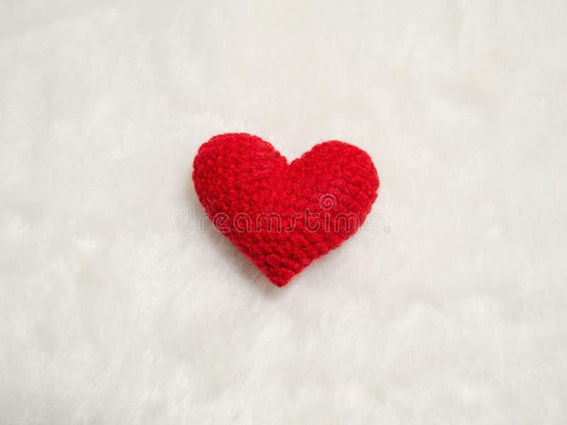 Coeur rouge fait main de fil sur la laine blanche le coeur rouge au centre de la photo et le fond copient l'espace pour le texte  photos libres de droits