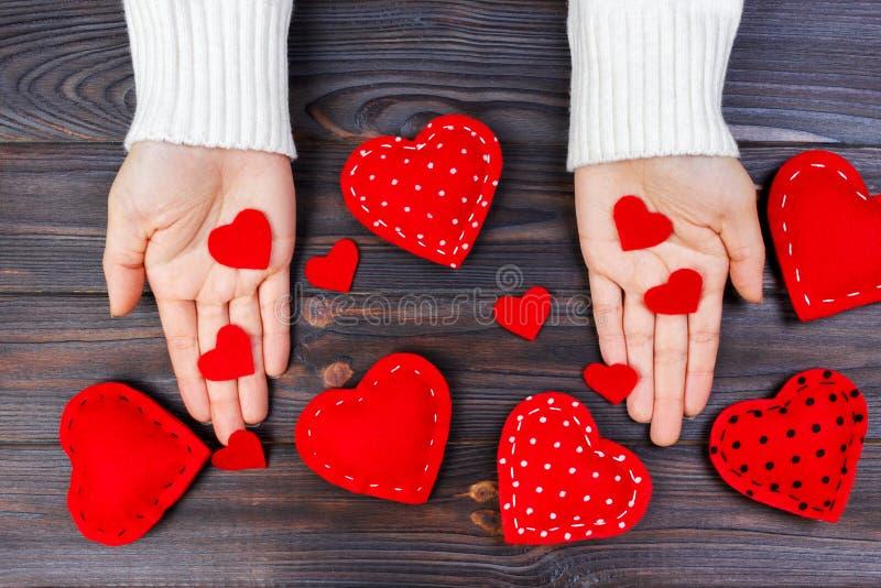 Coeur rouge sur la main de femme sur le fond en bois avec l'espace de copie Concept pour la célébration de jour de valentines ou  photo libre de droits