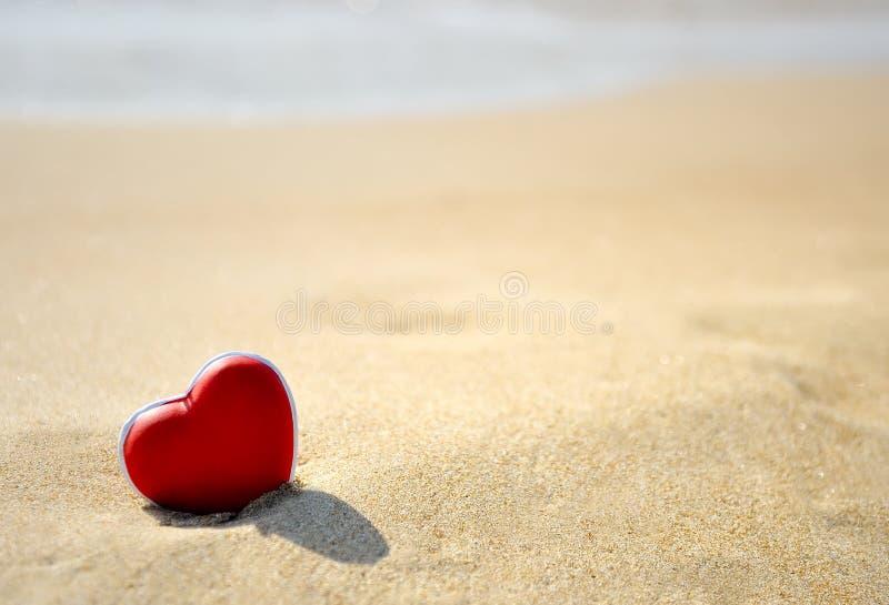 Coeur rouge sur la plage de mer - aimez le concept de Saint-Valentin photos stock