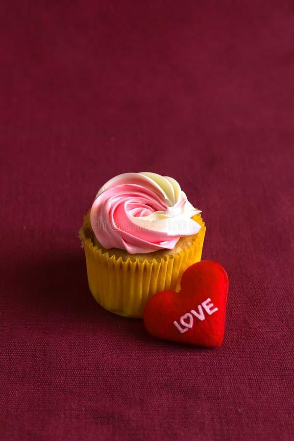 Coeur rouge sur le cadeau en bois pour la Saint-Valentin photo libre de droits