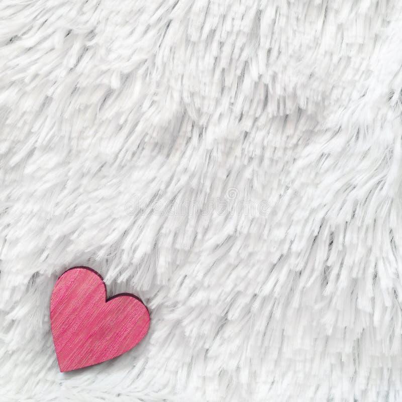 Coeur rouge sur le fond de blanc de fourrure Composition pour le jour ou le mariage de valentines Place pour le texte Copiez l'es photos libres de droits