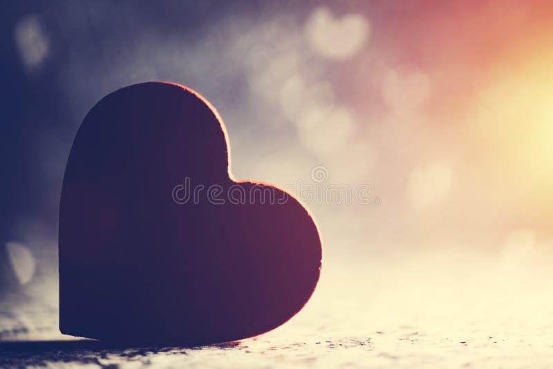 Coeur rouge sur le fond romantique de bokeh photographie stock libre de droits
