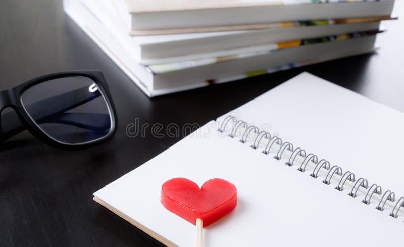 Coeur rouge sur le livre blanc image libre de droits