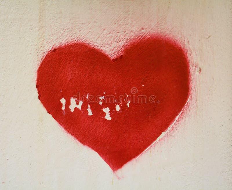 Coeur rouge sur le mur image stock