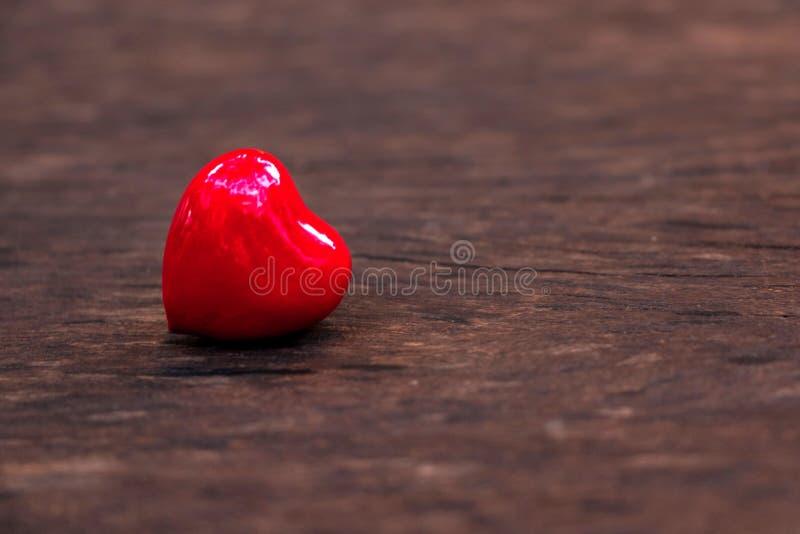 Coeur rouge sur le vieux bois pour l'amour et le fond de valentines images stock