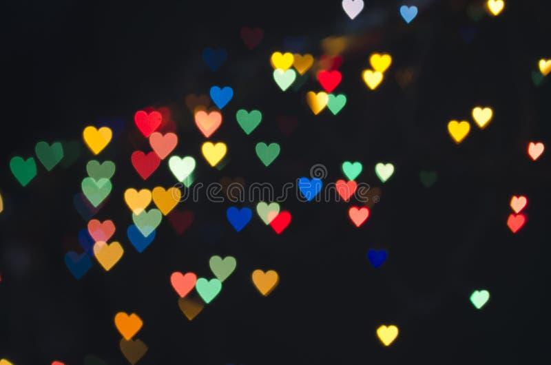 Coeur rougeoyant lumineux sur un fond foncé image stock