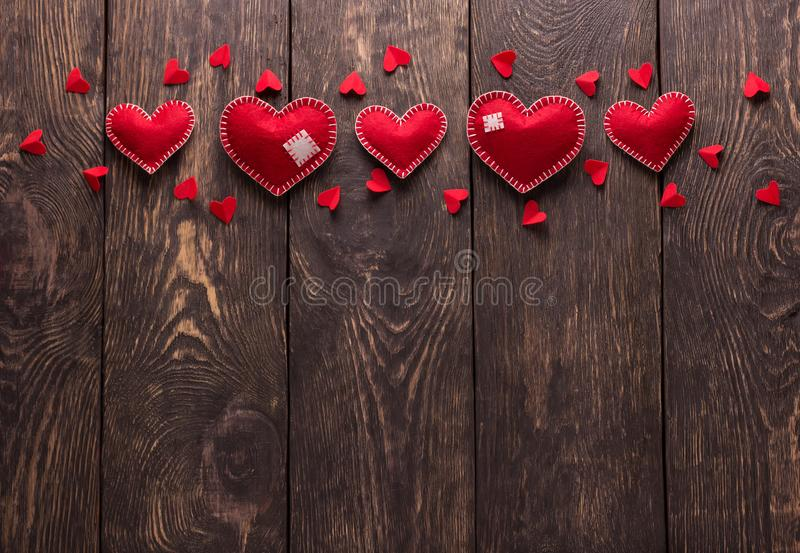 Coeur senti rouge lumineux fait main sur les conseils en bois images stock