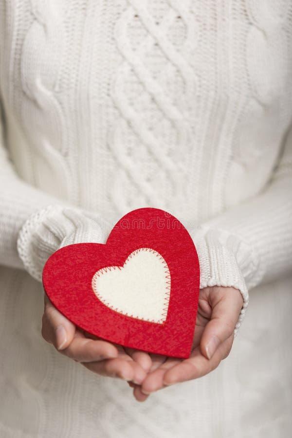 Coeur sur la paume d'une main image stock