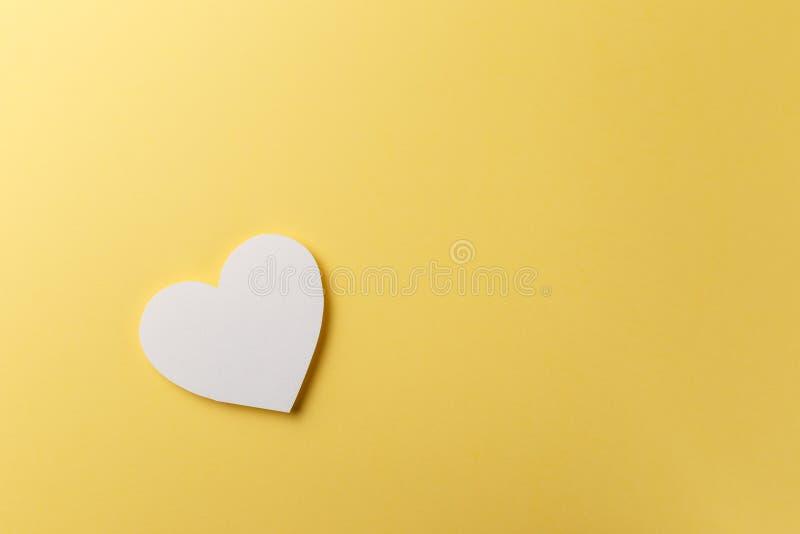 Coeur sur le fond jaune Copiez l'espace photo libre de droits