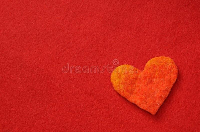coeur sur le fond rouge image stock